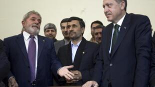 امضای توافقنامۀ ایران، ترکیه و برزیل برای ادامۀ غنی سازی اورانیوم در ترکیه.