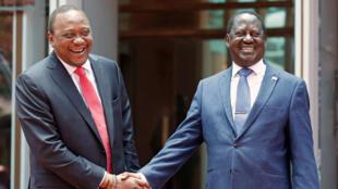 Uhuru Kenyatta et Raïla Odinga se serrant la main, le 9 mars 2018, à Nairobi, au Kenya.