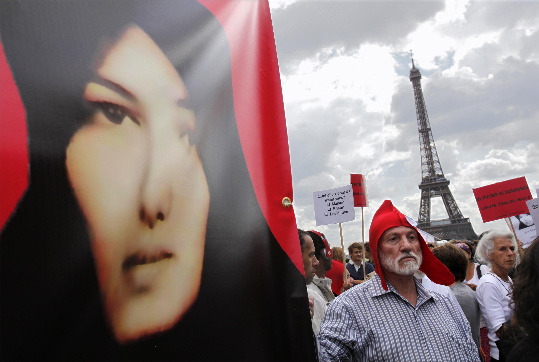 Manifestação de  apoio à iraniana Sakineh Mohammadi Asthiani, em Paris.