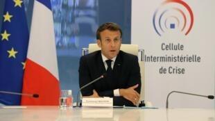 Le président français Emmanuel Macron durant une visio-conférence au ministère de l'Intérieur, à Paris, le 13 mai 2020.