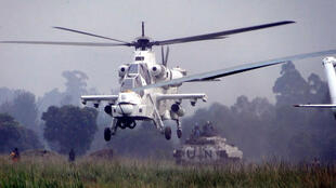 La photo montre un hélicoptère d'attaque de la Force de la MONUSCO,  assurant une protection aérienne et terrestre  d'un convoi d'ex-combattants FDLR,  pour leur enrôlement au camp de transit de Kanyabayonga.