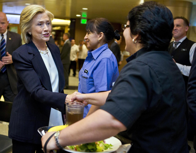 Hillary Clinton saluda a los trabajadores en el encuentro de NALEO (Asociación nacional de latinos electos y nombrados oficialmente) en Las Vegas, 18 de junio de 2015.