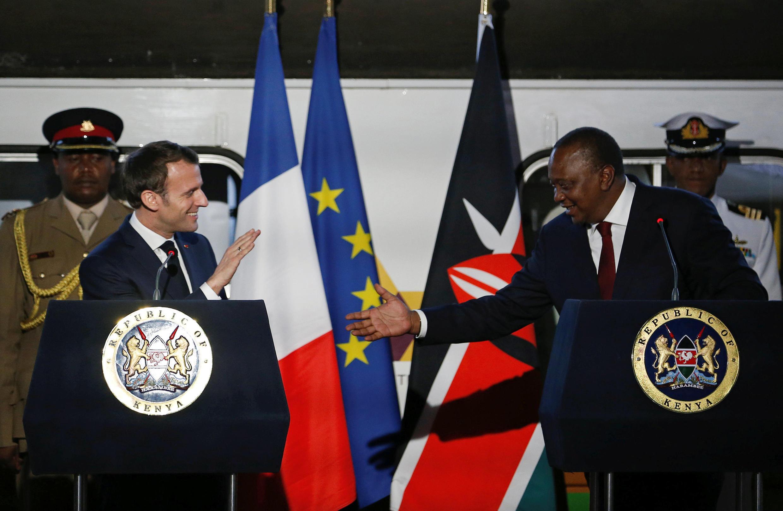 ប្រធានាធិបតីបារាំងលោកម៉ាក្រុងស្វាគមន៍ដោយប្រធានាធិបតី Uhuru Kenyatta របស់ប្រទេសកេនយ៉ា កាលពីថ្ងៃទី ១៣ ខែមីនា ឆ្នាំ ២០១៩។