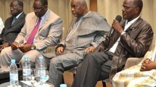 Réunion de leaders de l'opposition sénégalaise : Moustapha Niasse (G), Macky Sall (2è G), Amath Dansokho (2è D) et Ousmane Tanore Dieng (D), le 10 mars 2012 à Dakar.