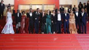 """Parte do elenco de """"Bacurau"""" no tapete vermelho de Cannes pouco antes da projeção oficial do filme."""