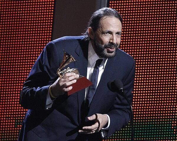 """Juan Luis Guerra recibe un Grammy por su disco """"A son de Guerra""""."""