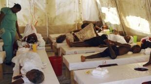 Des Haïtiens victimes du choléra traités dans un hôpital géré par Médecins Sans Frontières. Port-au-Prince, le 15 novembre 2010.