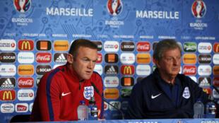 Nahodha wa Uingereza, Wayne Rooney akiwa na kocha wake Roy Hodgson, ambapo wametoa wito kwa mashabiki kuwa watulivu