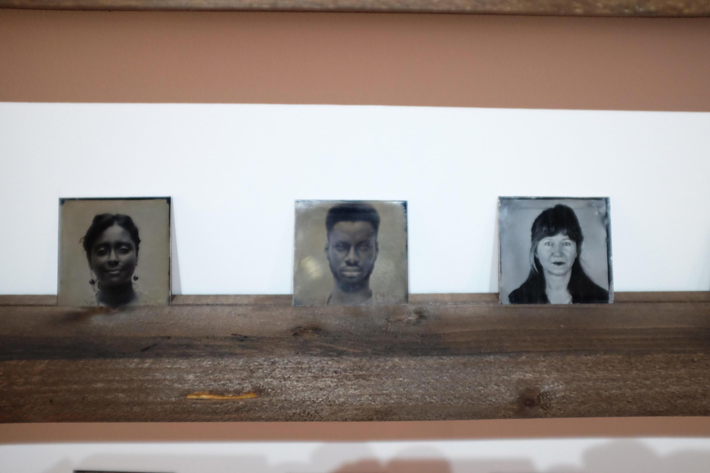 Trois parmi les deux cents portraits d'immigrés réalisés par Almudena Romero pour « Growing Concerns ».