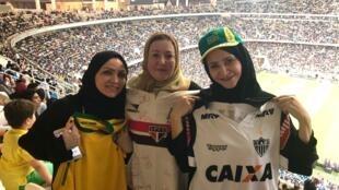 Vanessa Azevedo (à direita) com amigas no estádio King Abbullah, em Jeddah, para o amistoso entre Brasil e Argentina.