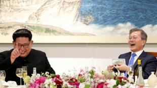 图为朝鲜领袖金正恩与韩国总统文在寅2018年4月27日晚于板门店晚宴上