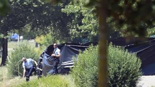 Французские полицейские окружают место перед входом на завод Air Products, где была найдена голова Эрве Корнара, 26 июня 2015 года
