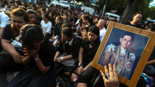 Dân Thái Lan đứng bên đường khi thi hài vua Bhumibol được đưa từ bệnh viện Bangkok về cung Hoàng Gia, ngày 14/10/2016.