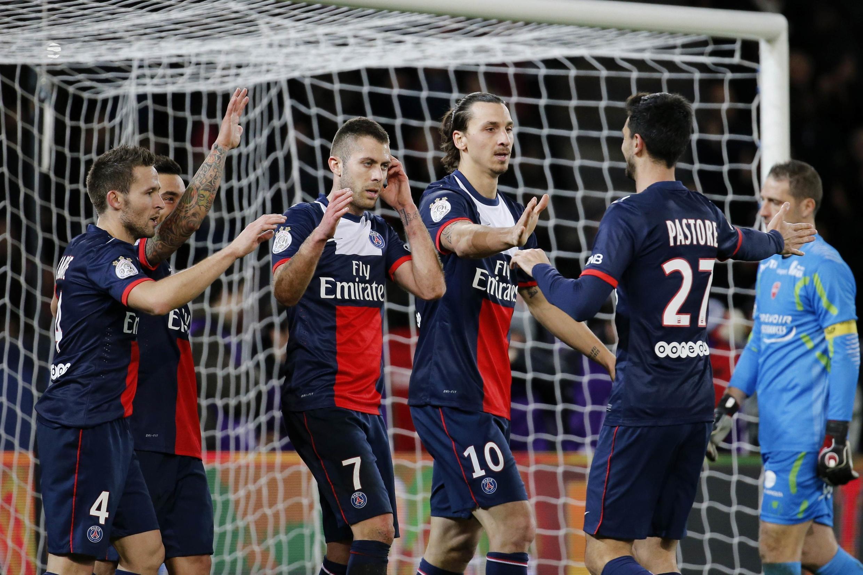 Jogadores do PSG comemoram gol contra o Valenciennes no Parque dos Príncipes na sexta-feira, 14 de fevereiro.