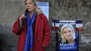Marine Le Pen falando a agricultores durante a campanha eleitoral.