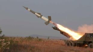 Quân đội Bắc Triều Tiên bắn hỏa tiễn trong đợt diễn tập phòng không. Ảnh do KCNA phân phối ngày 03/11/2015.
