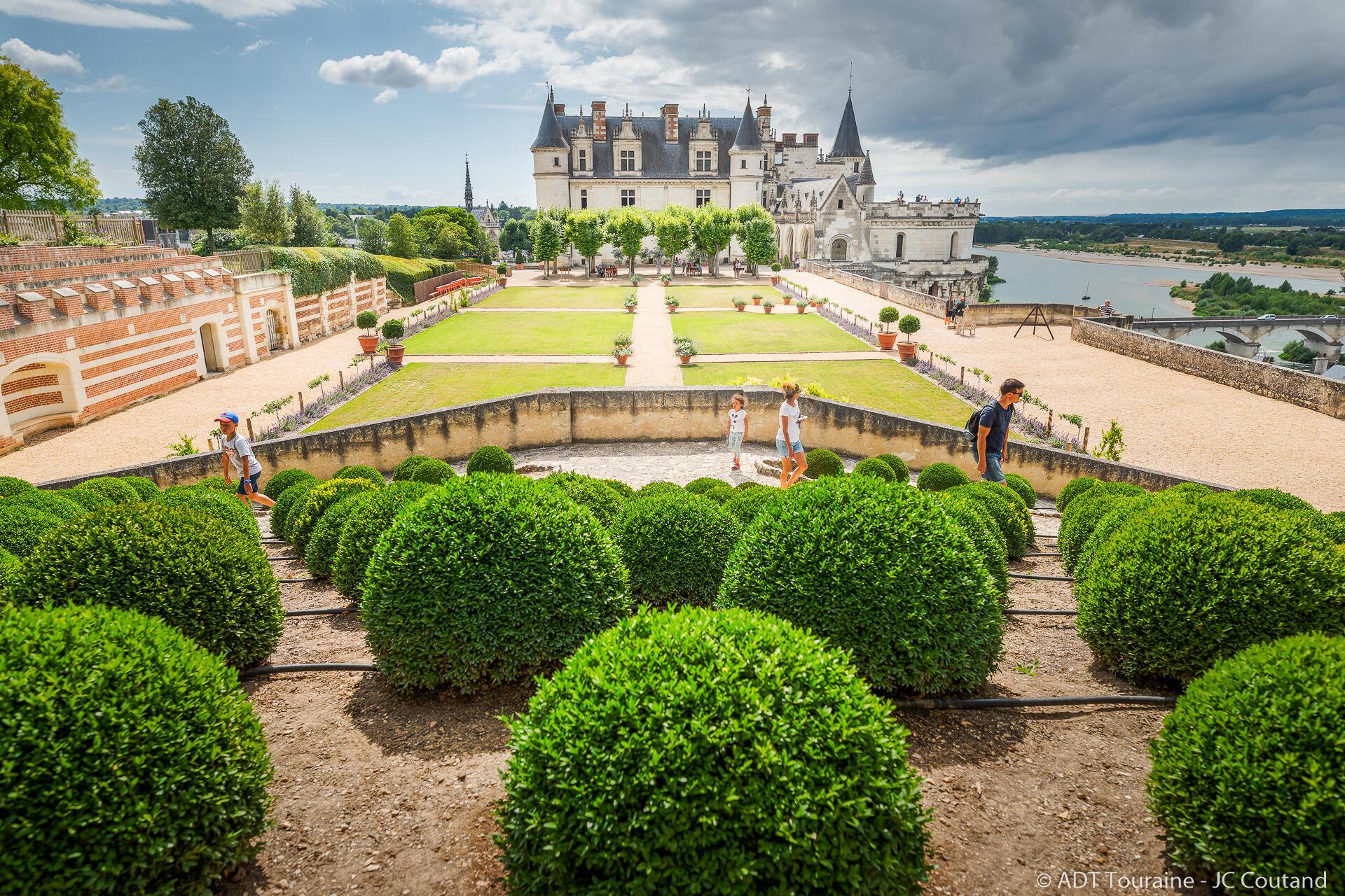 Парк замка Амбуаз создан для спокойствия, считает дирекция. Поэтому деревья постригли в форме подушек