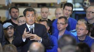 """Президент Николя Саркози выступает перед рабочими завода """"La Fonte Ardennaise"""" в Шарлевиль-Мезьер 19/04/2011"""
