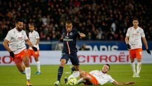 Lucas, do PSG, mostra velocidade em ataque contra o time de Montpellier, no sábado.