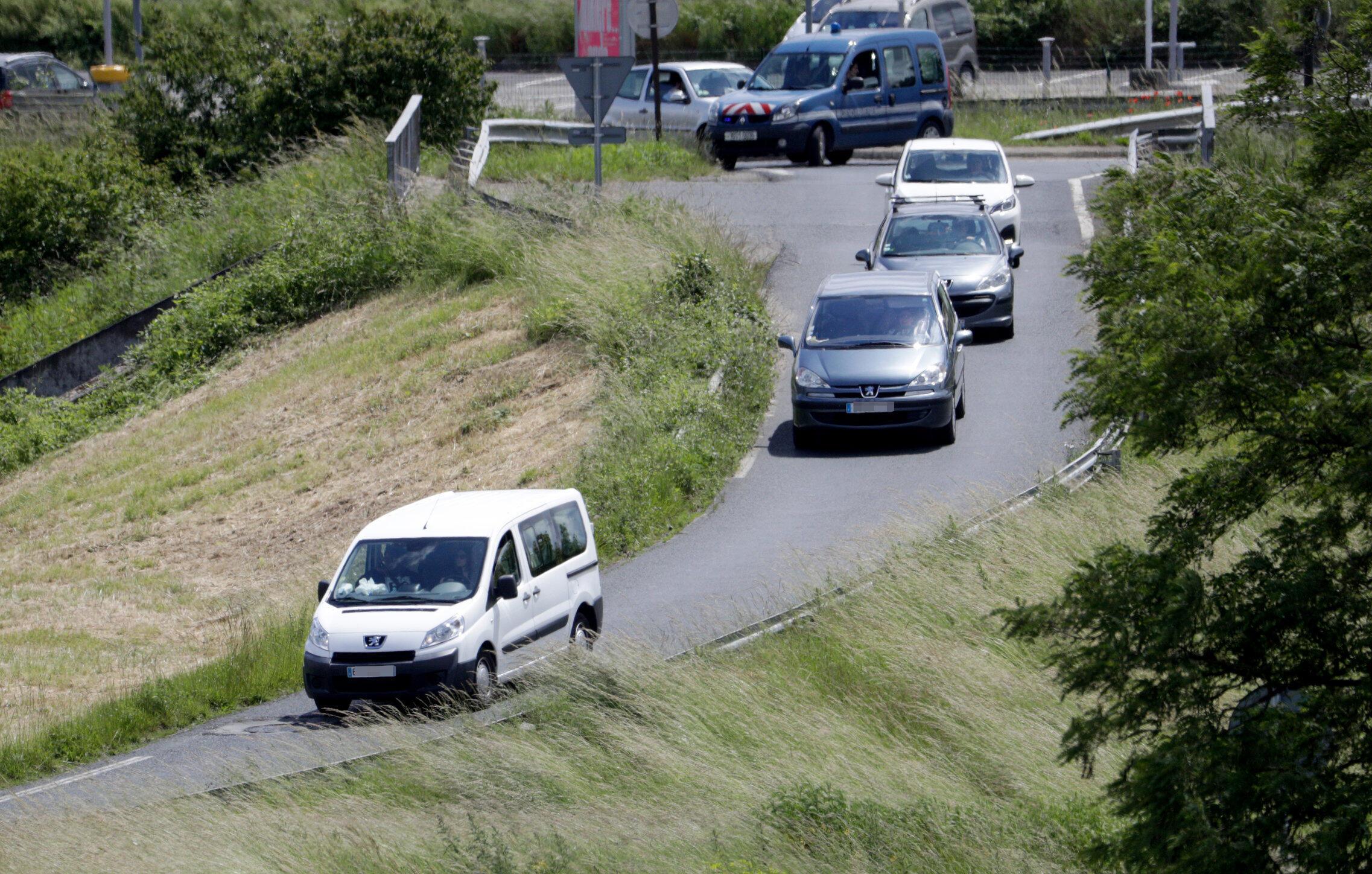 Comboio  transportando filhos de jihadistes deixa o aeroporto de Velizy-Villacoublay, em 10/06/2019.
