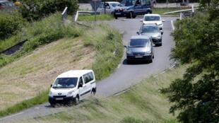 Veículos transportando menores, filhos de jihadistas, acabados de chegar ao aeroporto militar de Velizy-Villacoublay, na região parisiense, no dia 10 de Junho de 2019.