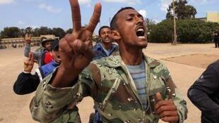Un civil que se unió a la rebelión se entrena en Bengasi.