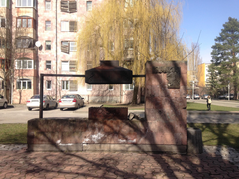 Мангал в одном из дворов Ереванского квартала