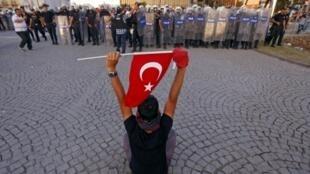 Manifestante tenta impedir ação da polícia turca na praça Taksim