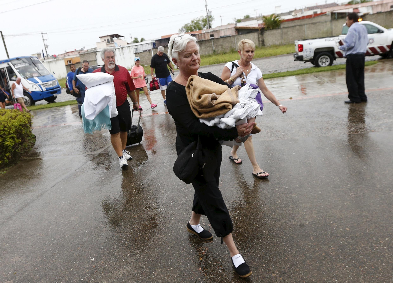 Turistas foram evacuados às pressas do balneária de Puerto Vallarta antes da chegada do furacão Patricia.