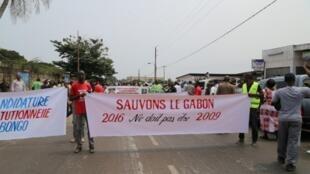 Défiant une importante présence policière, des centaines de manifestants ont défilé contre la candidature du président Ali Bongo Ondimba à la prochaine présidentielle, à Libreville, le 23 juillet 2016.