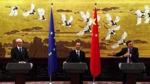 Premiê chinês Wen Jiabao entre os presidentes da União Europeia, Herman Van Rompuy (e), e da Comissão Europeia, José Manuel Durão Barroso.