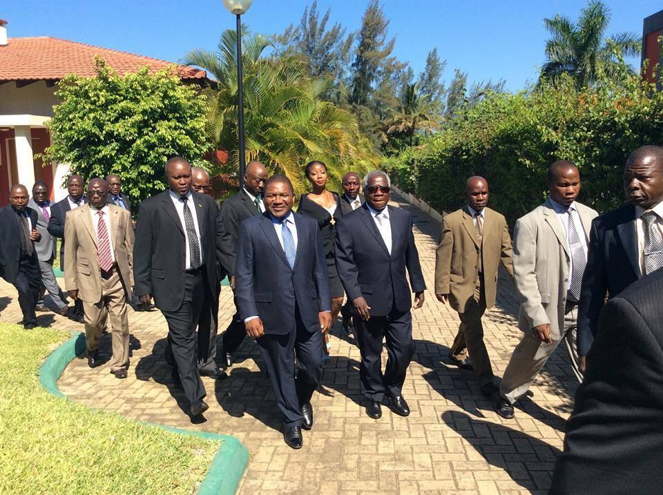 O Presidente Filipe Nyusi e o líder da Renamo Afonso Dhlakama após o seu encontro a 9 de Fevereiro de 2015