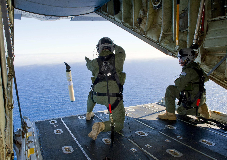 Homens da Força Aérea australiana lançam equipamento de busca automática no Oceano Índico