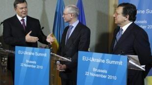 Le président ukrainien Viktor Ianoukovitch (g), le président du Conseil européen Herman Van Rompuy (c) et le président de la Commission européenne Manuel Barroso (d), le 22 novembre 2010 à Bruxelles.