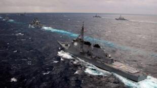 En 2005, une flotille des forces maritimes d'autodéfense (au premier plan) escorte le porte-avions USS Kitty Hawk (au second plan).