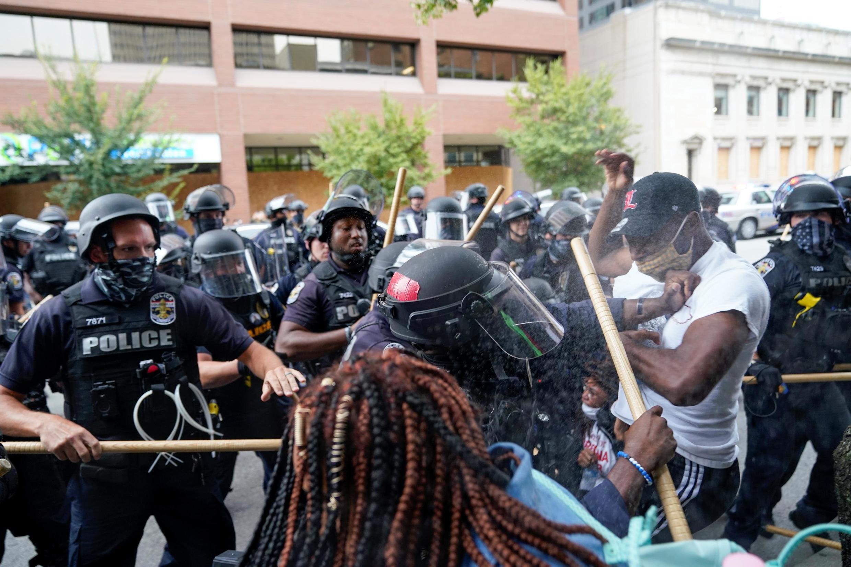 Tensions entre manifestants et policiers à Louisville après la décision de la justice américaine dans l'affaire Breonna Taylor. Le 24 septembre 2020.
