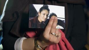 Renu, grande sœur de Shamima Begum, tenant une photo de sa cadette en 2015.