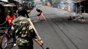 Une barricade dans une rue de Bujumbura, le 15 mai 2015.