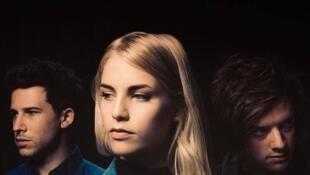 De gauche à droite: Dan Rothman (guitariste), Hannah Reid (chanteuse) et Dot Major (multi-instruments).