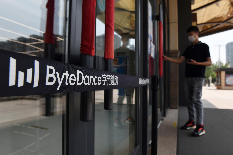 El logo de ByteDance a la entrada de las oficinas de la empresa, el 8 de julio de 2020 en Pekín