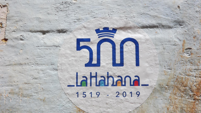 Ce logo des 500 ans de La Havane est appliqué sur nombre de monuments et maisons. La ville devrait son nom, d'après la légende, à une princesse indienne venue accueillir les navigateurs espagnols...
