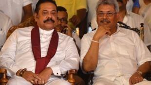 L'ancien président sri lankais Mahinda Rajapakse (G) et son frère Gotabaya Rajapakse (D), ancien ministre de la Défense et candidat à la présidentielle.