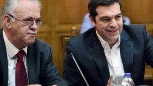 Yannis Dragasakis (g) ministre de l'Economie et du Développement (alors encore député), aux côtés d'Alexis Tsipras, Premier ministre, le 10 novembre 2015, à Athènes (Photo d'illustration).