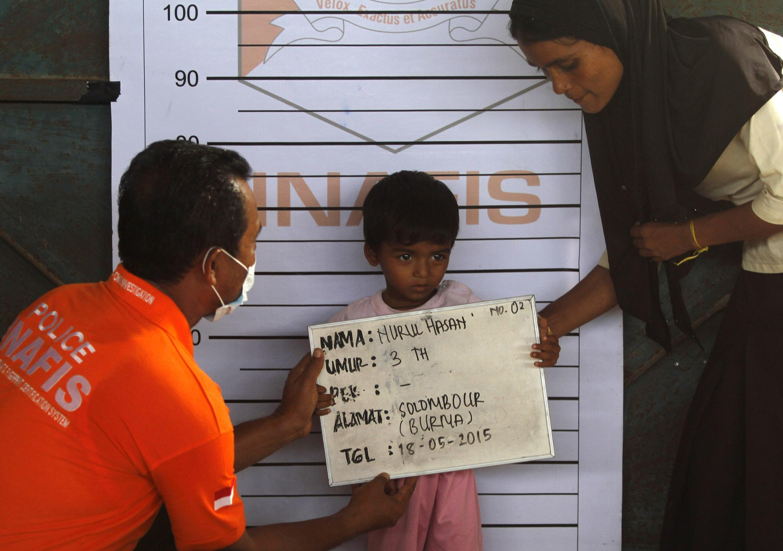 Un enfant Rohingya en cours d'identification à Kuala Langsa, dans la province d'Aceh en Indonésie, le 18 mai 2015.