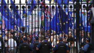 Manifestação anti-Brexit às portas da residência oficial do primeiro-ministro. 3 de Setembro de 2019.
