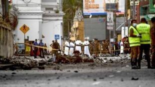 斯里蘭卡連環爆炸案後一個遭恐襲教堂前的慘景      2019年4月22日