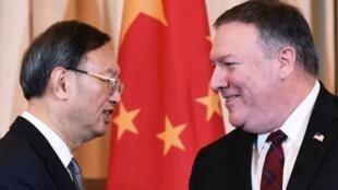 图为中国中央外事工作委员会办公室主任杨洁篪与美国国务卿蓬佩奥(资料图片)