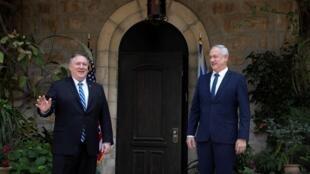 El secretario de Estado estadounidense, Mike Pompeo y el primer ministro alterno de Israel, Benny Gantz en Jerusalén, 13 de mayo de 2020.