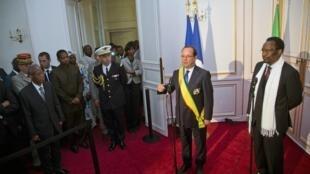 Rais wa Ufaransa, François Hollande akiwa na mgeni wake rais wa Mali, Dioncounda Traore