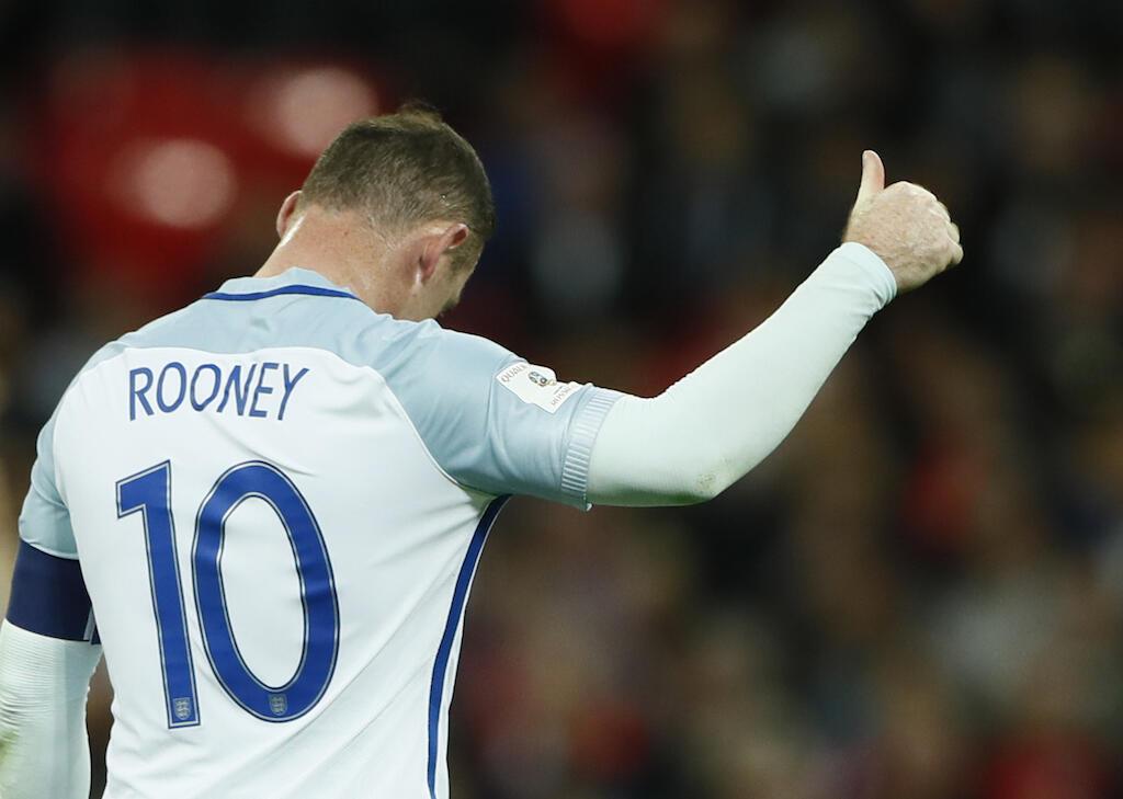 Nahodha wa timu ya taifa ya Uingereza, Wayne Rooney akiwapa ishara ya dole mashabiki wa timu yake ya taifa wakati wa mchezo dhidi ya Malta ambapo aliiongoza kuibuka na ushindi wa mabao 2-0, 8 October 2016.